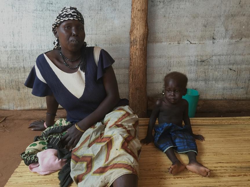 Joyce y su hijo, James, en el hospital del centro de recepción de Nyumazi; James tiene dos años y está malnutrido.jpg