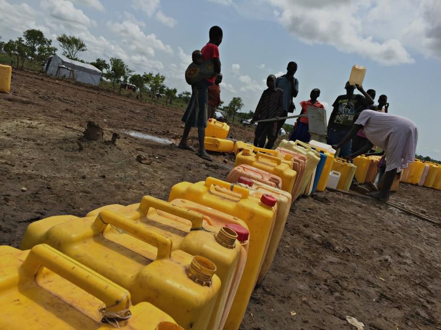 Refugiados sursudaneses recogen agua en el campamento de Pagirinya; debido a la aglomeración ha habido algunos casos de cólera.jpg